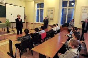 Vólentné Sárvári Piroska pályavasúti üzemeltetési főigazgató köszönti a jövőbeli gyermekvasutasokat