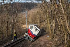 A kisiklott Mk45-2002 mozdony Jánoshegy állomásnál (fotó: Vörös Attila, Indóház Online, iho.hu)