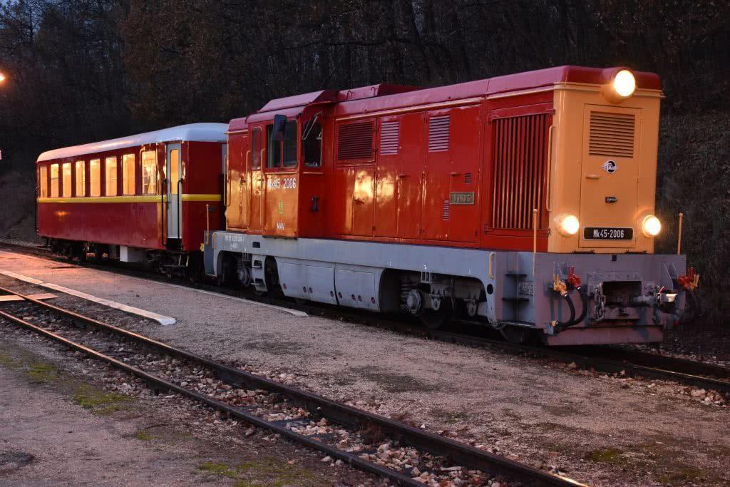Mk45-2006-os mozdony és a nagyszalon kocsi